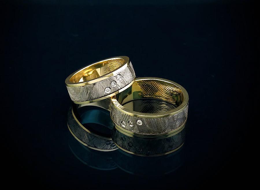 Необычные парные обручальные кольца с метеоритом и отпечатками на заказ