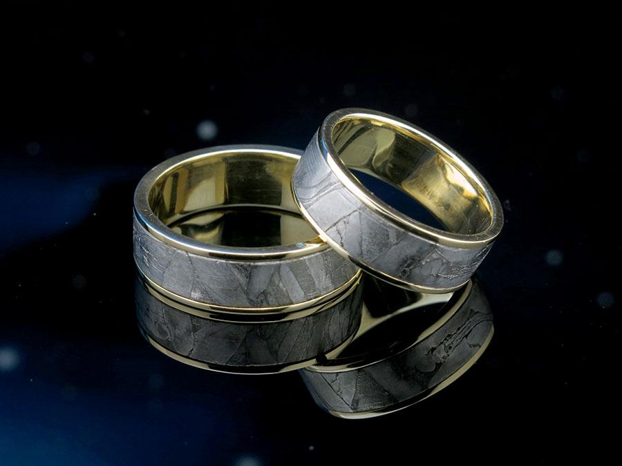 Обручальные кольца со вставкой метеорита Сеймчан