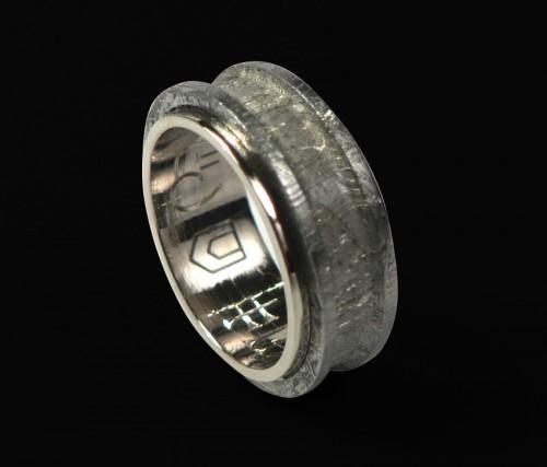 """Кольцо с метеоритом. Гравировка. Изготовление колец на заказ. Мастерская эксклюзивных подарков """"Ювелирная Коллекция""""."""